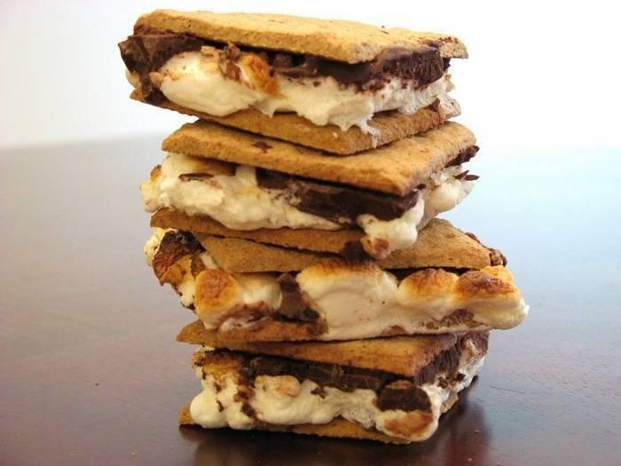 Смор— десерт смаршмеллоу ишоколадом между двумя крекерами
