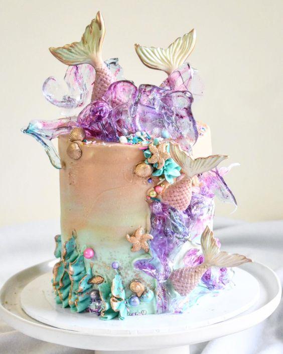 торт с украшением из изомальта